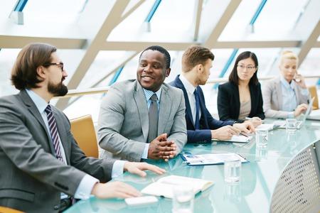 gente comunicandose: Grupo de gente moderna de negocios la comunicaci�n en la sala de conferencias Foto de archivo