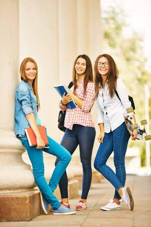 Groep studenten die zich door hun universiteit en kijken naar de camera
