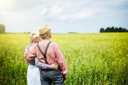 parejas amor: Pares mayores cariñosos disfrutando el hermoso panorama Foto de archivo