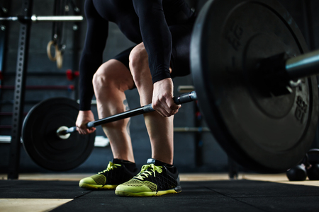 fitness hombres: Entrenamiento del hombre joven activa con pesas en el gimnasio