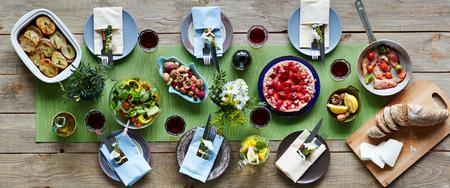 직접 만든 식사로 저녁 식사를위한 테이블 세트