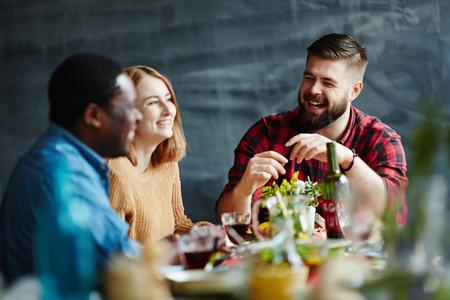 Tre amici a cena insieme e ridere