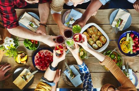 Barátok pirítós friss gyümölcslé asztalnál Stock fotó