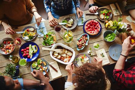 högtider: Ungdomar som har en bra gård middag Stockfoto
