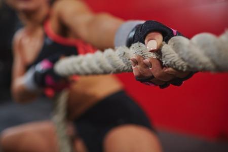 Handen van vrouw met touw