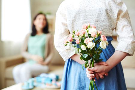 소녀 그녀의 어머니에 대한 장미 다발을 들고