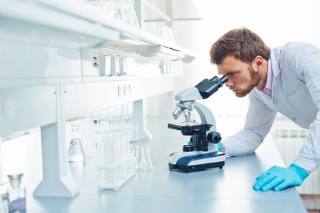 investigacion: joven cient�fico contempor�neo llevar a cabo investigaci�n microbiol�gica Foto de archivo