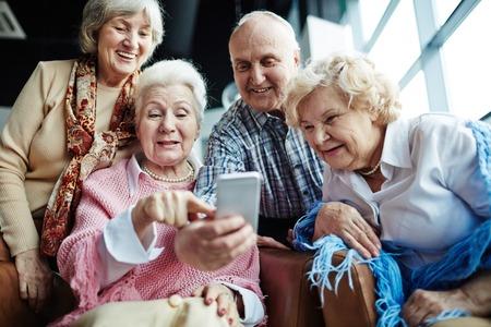 mujeres ancianas: Grupo de personas mayores cómoda que hace autofoto