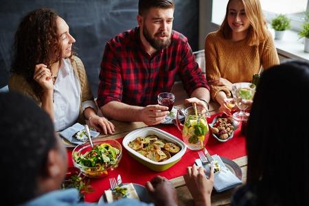 Gruppo di amici che hanno pranzo