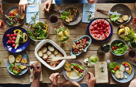 Diverse persone mangiare la cena da tavolo