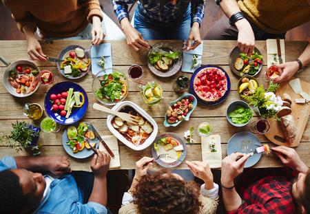 Csoport, fiatal, emberek vacsoráznak