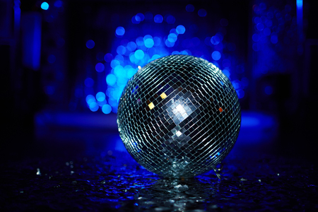 fiestas electronicas: Primer plano de una bola de discoteca en sala de baile