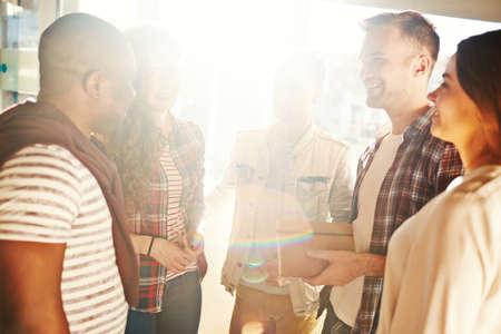 personas comunicandose: Grupo de jóvenes que comunican el interior