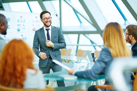 reuniones empresariales: CEO positiva que sostiene una reuni�n