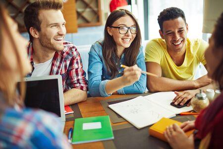 Studenten communiceren bij koffie na de les