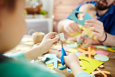 tijeras: Repartidor de periódicos cortar con tijeras