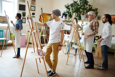 Gruppe von kreativen Studenten in der Werkstatt Malerei