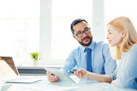 Dos gerentes que tienen discusión en la oficina