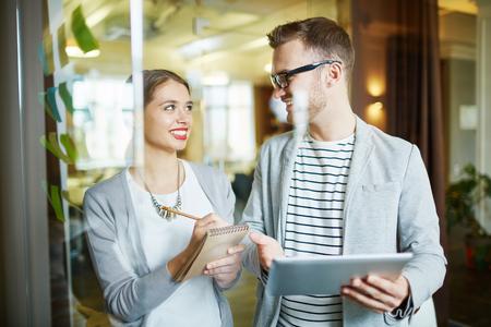 Giovane consulenza manager femminile con il suo collega di sesso maschile con esperienza