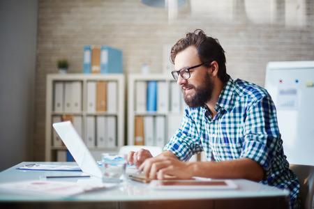 persona alegre: Hombre de negocios moderno que trabaja con datos electrónicos Foto de archivo