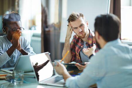 Hombre de negocios serio escuchar a colega en reunión