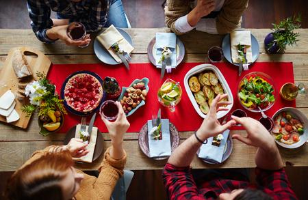 Gruppo di amici mangiare la cena di festa
