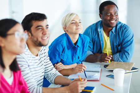 diligente: estudiantes diligentes de escucha para dar una conferencia en la universidad