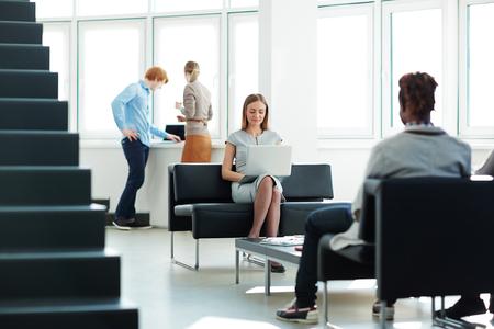 empleados trabajando: Grupo de jóvenes empleados que trabajan en la oficina