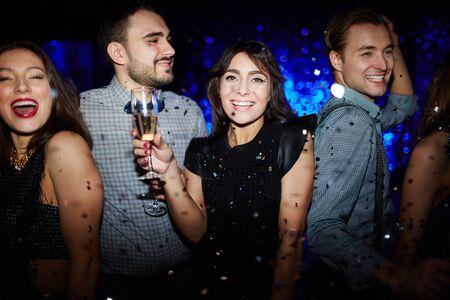 gente bailando: amigos glamour con el baile de champán en club nocturno Foto de archivo