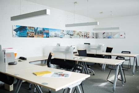 ufficio vuoto con computer, scrivanie e sedie foto royalty free ... - Scrivanie E Sedie Ufficio