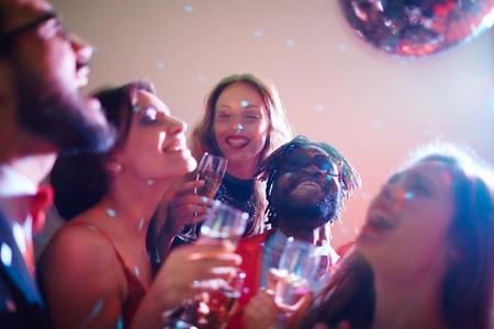 ragazze che ballano: Ragazze allegre con champagne e loro fidanzati ballare in discoteca