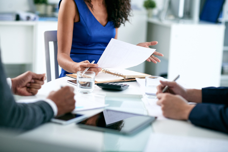 Bebouwd beeld van vrouwelijke ondernemer uit te leggen bedrijfsstrategie Stockfoto