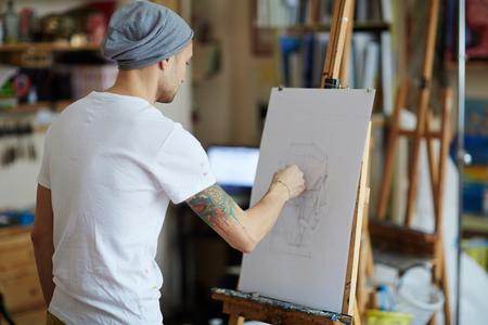 Jonge man tekening in art studio