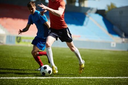 Twee voetballers vechten voor de bal Stockfoto