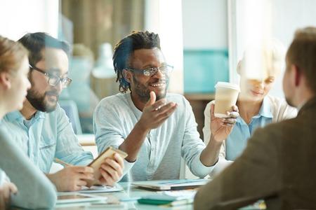 Grupo de trabajadores que beben el café y consultoría