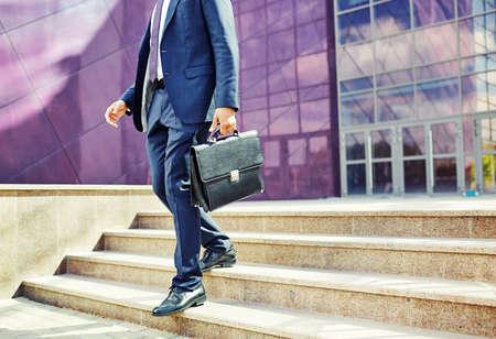 Bild der Geschäftsmann verlassen Bürogebäude