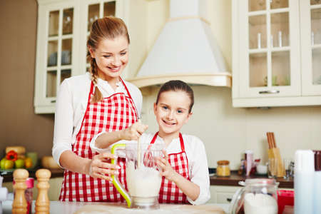 tomando leche: Madre e hija haciendo coctel de la leche