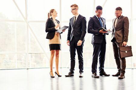 personas de pie: La gente de negocios de pie y hablar