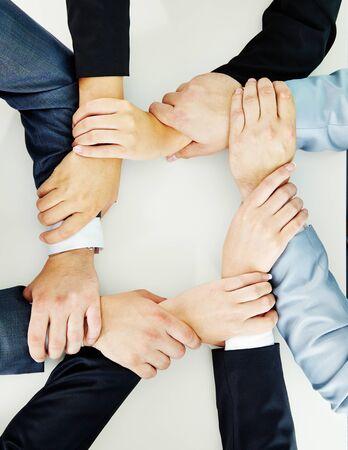 la union hace la fuerza: manos unidas de equipo de negocios que muestra la lealtad