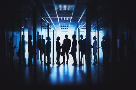 Silhouettes de gens d'affaires dans le couloir