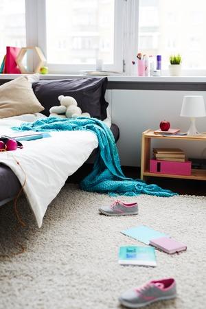 Rommelige kamer van de tiener Stockfoto