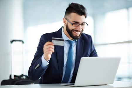 Homme d'affaires acheter des billets d'avion en ligne