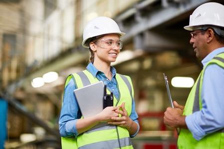 Techniker eine junge Auszubildende im Werk Inspektion Standard-Bild - 57363468