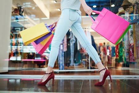 Mujer que pasa a través de una tienda