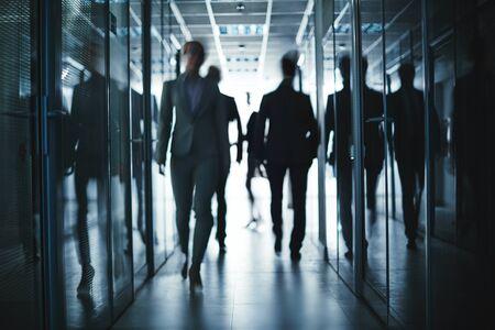 persona caminando: La gente de negocios caminando por el pasillo del centro de la oficina Foto de archivo