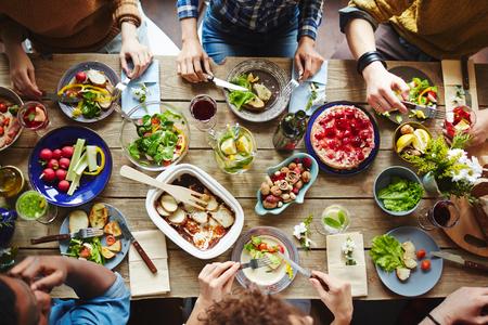 Pohled shora na kamarády, které mají oběd