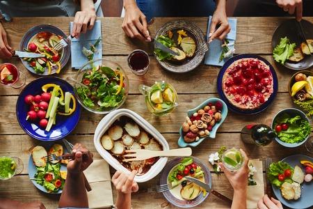 앉아서 먹는 사람들과 식탁의 높은 각도보기 스톡 콘텐츠