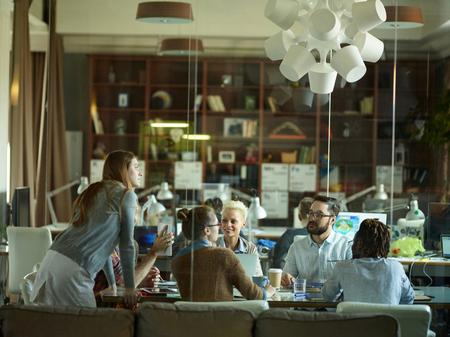 equipo creativo en la reunión en la oficina moderna