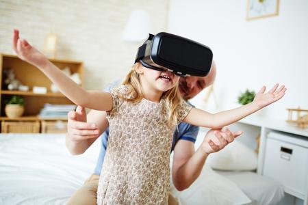 Roztomilé dítě se těší virtuální realitu