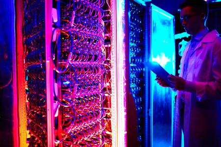 ingeniero joven que trabaja en el centro de almacenamiento de datos